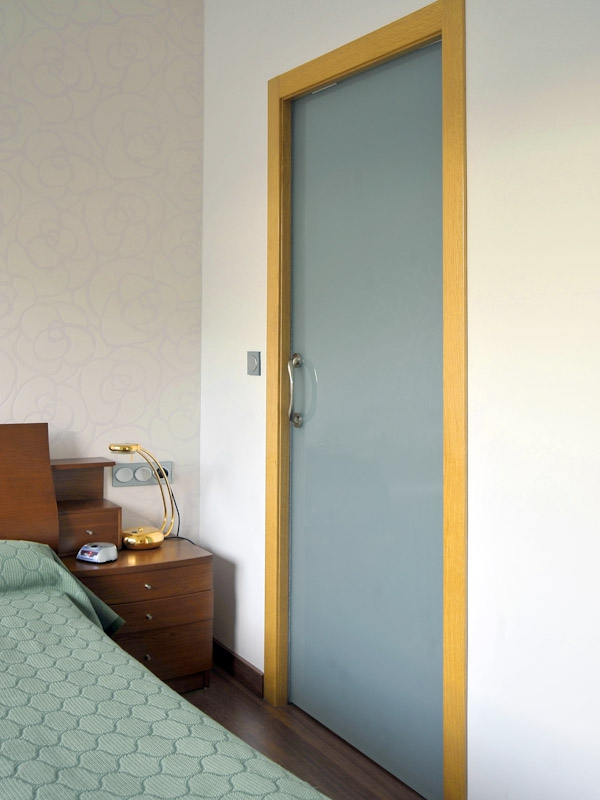 Puertas correderas madera y cristal las puertas for Marco puerta madera