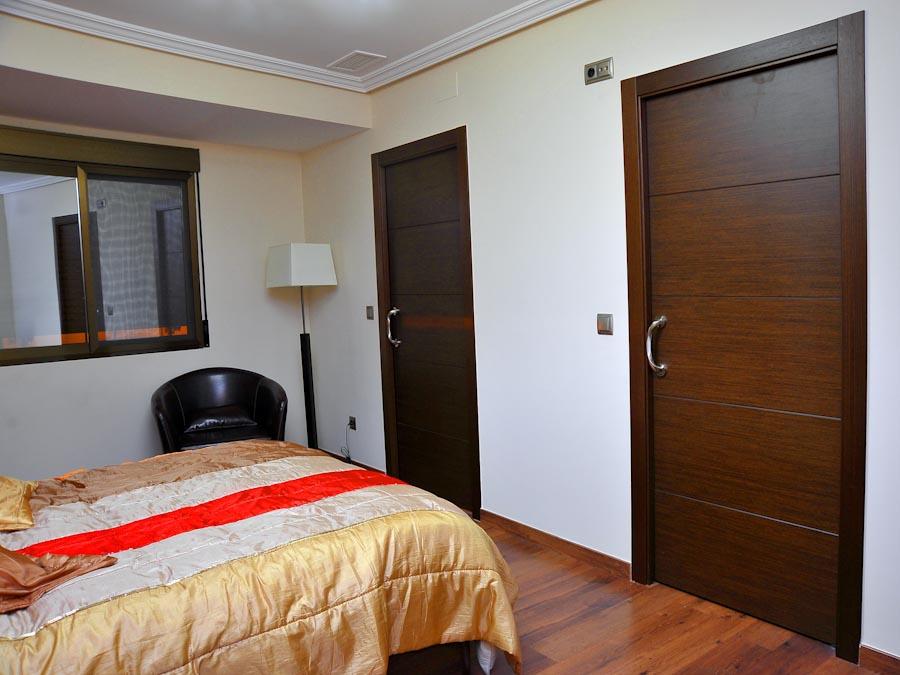 Serranosa madera y creatividad for Puertas de dormitorios en madera
