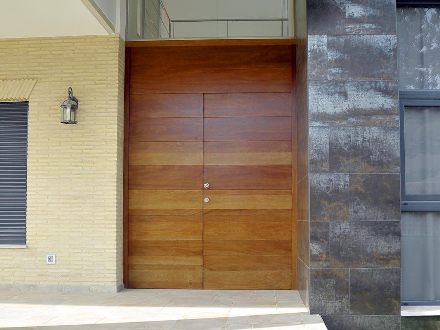 Serranosa madera y creatividad for Puertas de madera entrada principal modernas